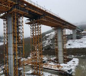 Wieże T-500 idealnie sprawdzają się podczas realizacji wysokich mostów