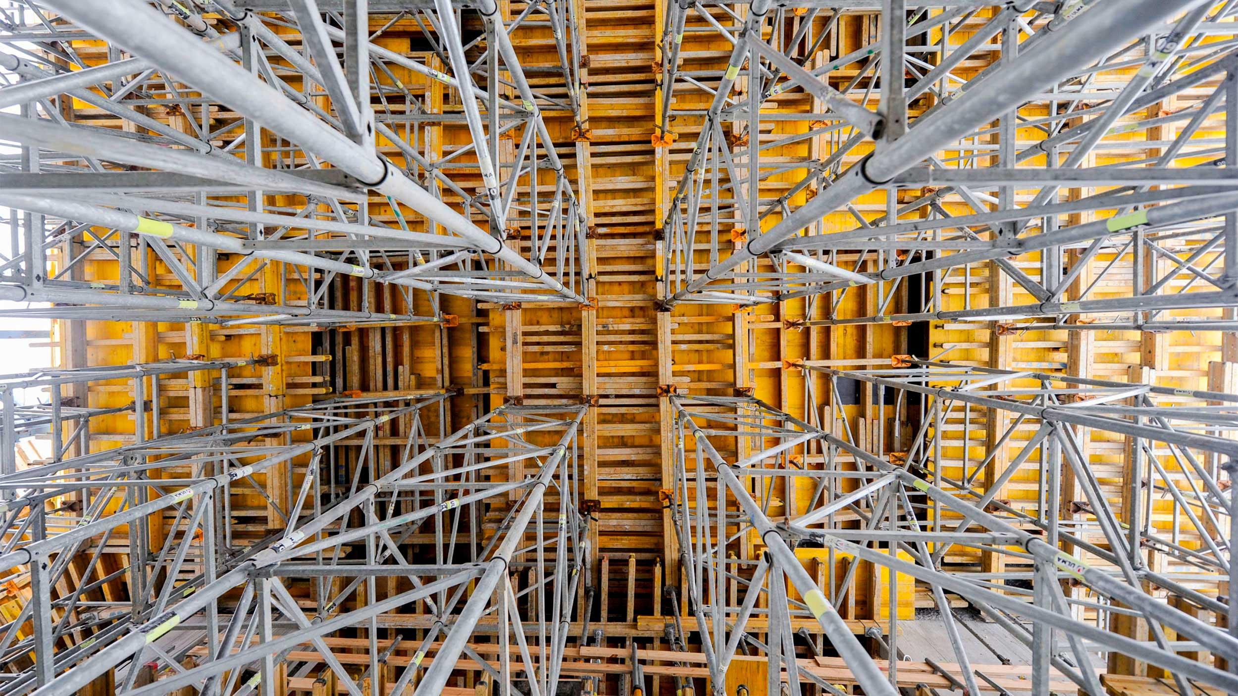 Systemy stalowych wież do podpierania deskowań poziomych. Rozwiązania wykorzystywane w budownictwie kubaturowym oraz inżynieryjnym.