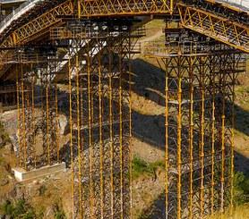 Most łukowy nad rzeką Eresma, Hiszpania