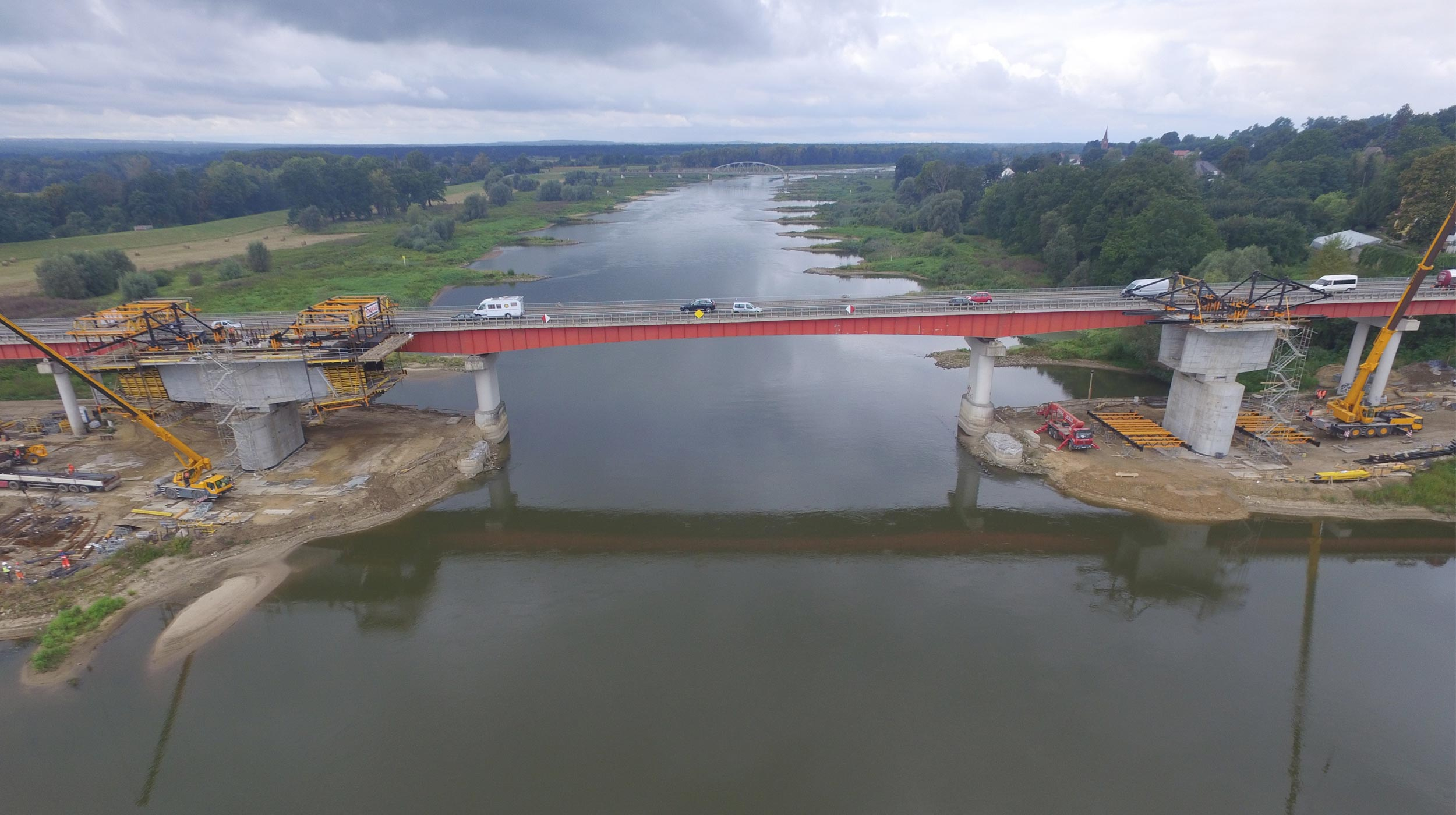 Wykorzystanie technologii formowania nawisowego oraz nasuwania podłużnego podczas budowy mostu.