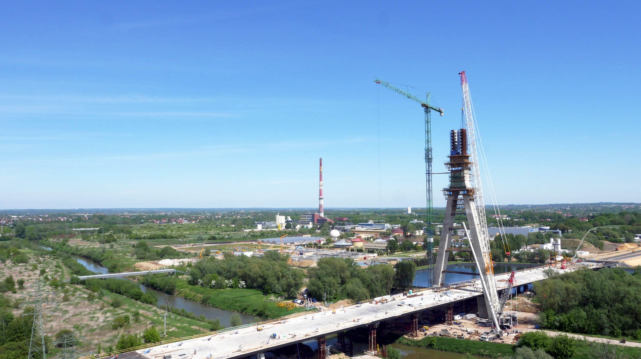 Dominującym elementem wartej ponad 180 mln złotych inwestycji jest pylon mostu, którego wysokość wynosi 108,5 m.