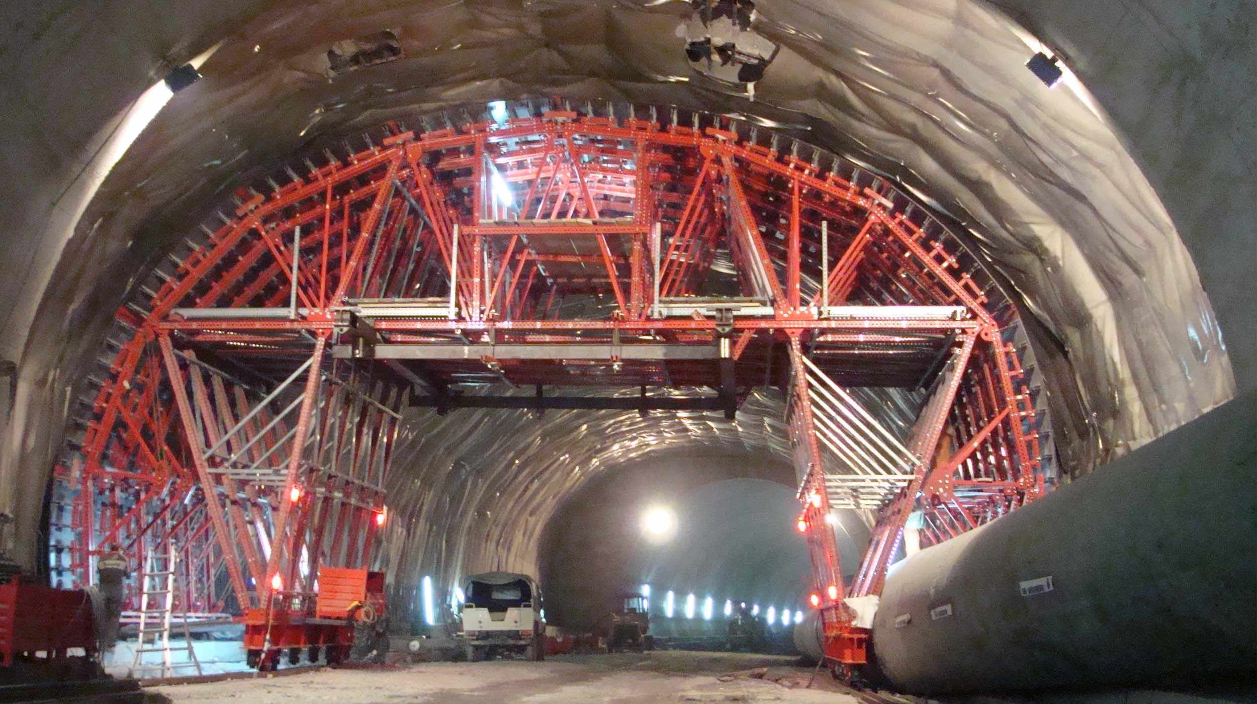 Realizacja tunelu drogowego w okolicach Pesaro.
