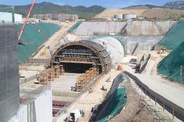 Tunel budowany metodą odkrywkową - przedłużenie istniejącej linii kolejowej w Terrassie, Hiszpania