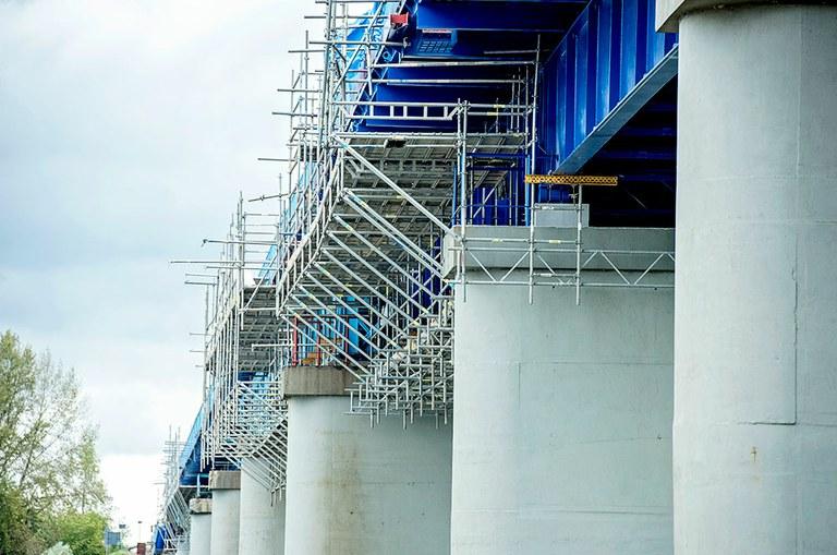 Indywidualnie zaprojektowane rusztowania BRIO wykorzystane podczas remontu mostu w Dęblinie